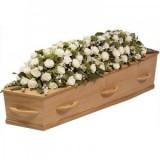 Аранжировка за ковчег с бели цветя