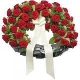 Погревален венец с червени рози