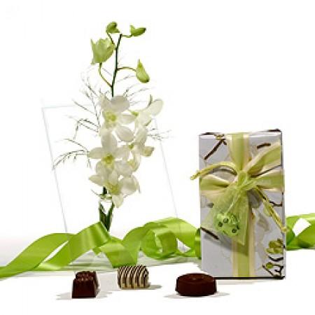 Шоколади и Орхидея във ваза