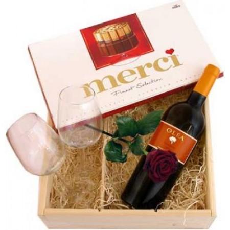Червено вино, 2 винени чаши, червена роза и... кутия шоколадови